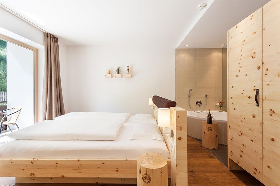 Superior Zirbe Luxoury Schlafzimmer im Naturhotel Rainer. Bildquelle: Naturhotel Rainer
